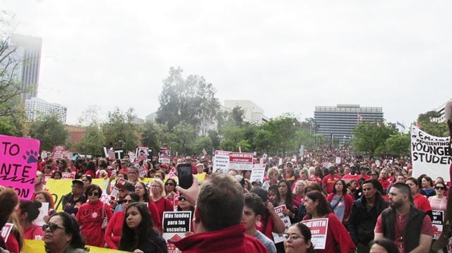 """Videos: Maestros angelinos, dispuestos ir a huelga si el distrito escolar """"no atiende las necesidades básicas de los estudiantes y los maestros"""""""