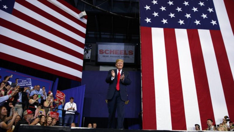 Trump sugiere que retiro del juez Kennedy de la Corte Suprema está vinculado a su liderazgo
