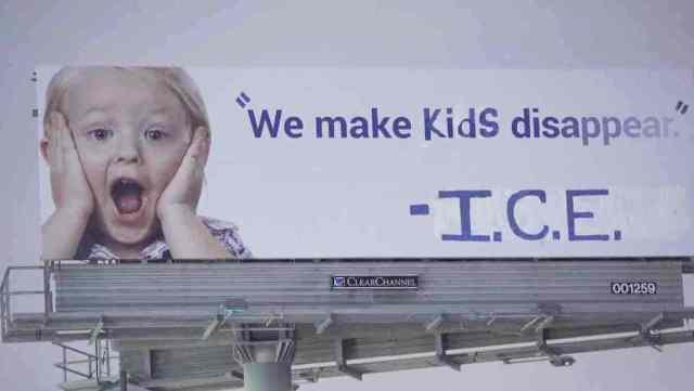 Vandalizan una valla publicitaria en autopista de California para que diga: Hacemos desaparecer a los niños-ICE
