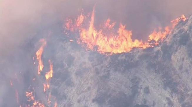 Incendio se extiende a 175 acres en Newhall, Los Angeles