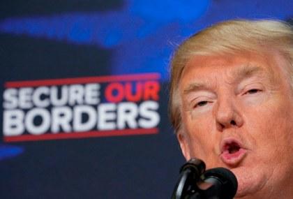 """Trump advierte contra """"invasión de inmigrantes"""" y propone deportaciones al vapor"""
