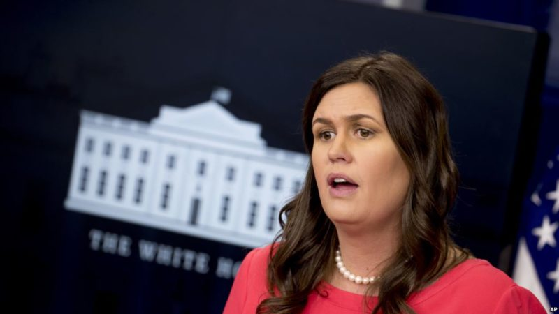 Echan de restaurante a secretaria de prensa de la Casa Blanca por servir a Trump