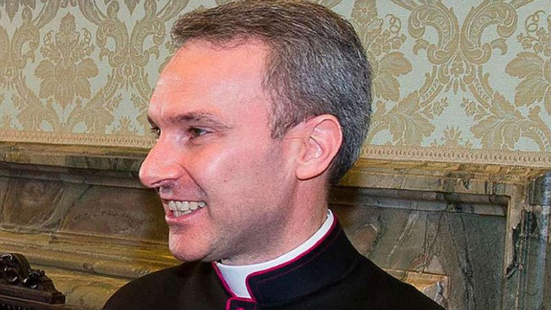 Ex diplomático del Vaticano, acusado por pornografía infantil