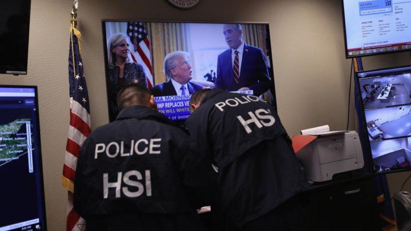 Acusan a un agente federal por ayudar a estafadores de más de 150 inmigrantes en California