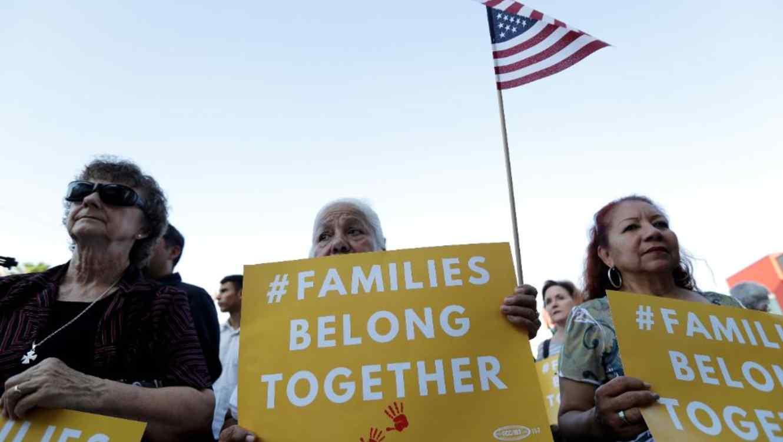 Juez federal resuelve que inmigrantes separados de sus hijos pueden demandar a la administración Trump