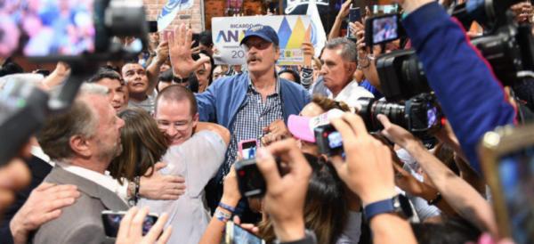 Video: Vicente Fox recibe a Ricardo Anaya en el Aeropuerto. Denuncian ataque a auto del candidato panista