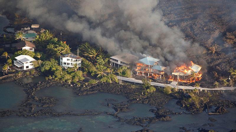 """Videos: La lava """"se traga"""" vecindarios enteros de la Isla Grande de Hawái"""