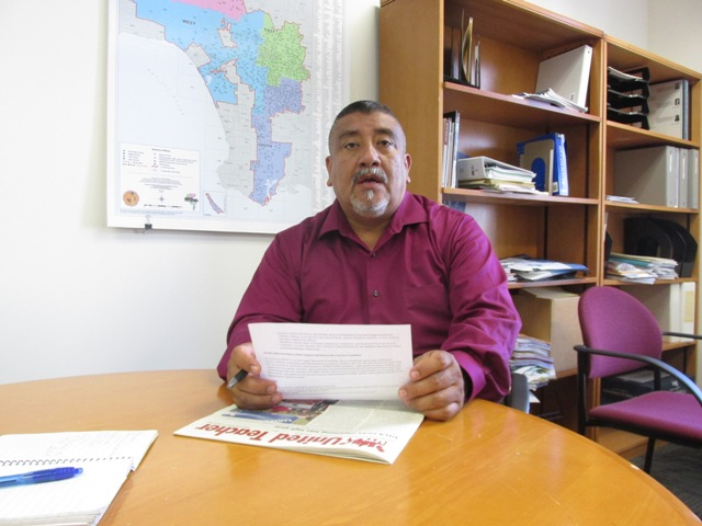 Videos: Escuelas comunitarias en vez de chárter, demanda el vicepresidente del Sindicato de Maestros de LA, Juan Ramírez, a autoridades del distrito escolar