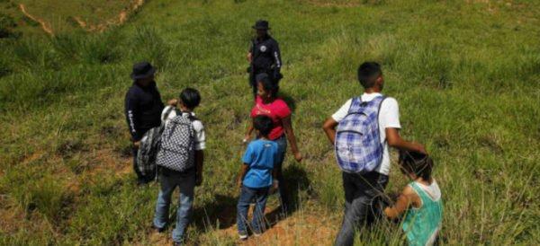 Planea Trump albergar a niños migrantes en carpas urbanas en instalaciones militares