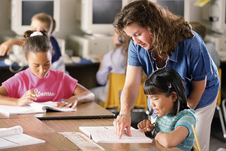 En EU hay 3.8 millones de maestros, de los cuales el 77% son mujeres, 80% blancos, 9%; latinos y 7% afros