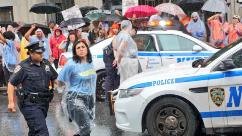 Ocho arrestados en protesta por vínculos del banco Chase con centros de detención de inmigrantes