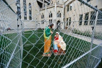 Enjaulan a Sagrada Familia en protesta por política migratoria de Trump