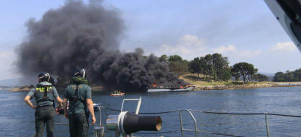 Video: Arde barco turístico con 50 personas a bordo en Isla de la Toja, España; diversos heridos