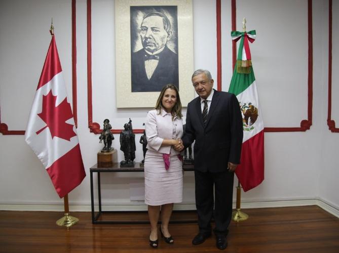 AMLO recibe a la canciller canadiense en su casa de transición