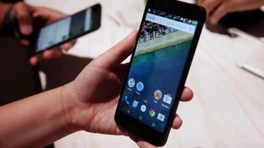 Prohíbe Francia celulares en las escuelas