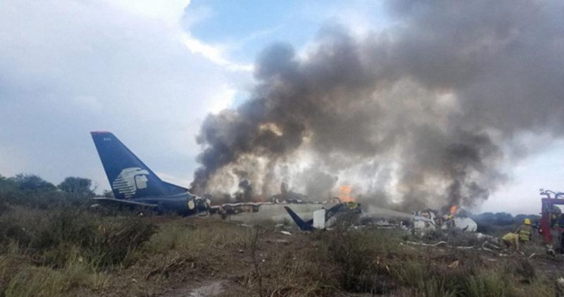 El horror, en VIDEOS: la misma gente grabó el despegue del avión, la tormenta, el desplome…