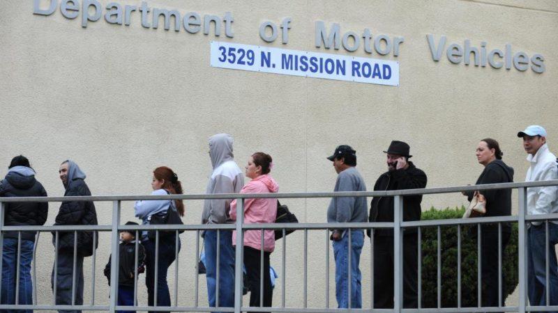 Empleada del DMV en California que durmió más de 2,200 horas en el trabajo y las cobró