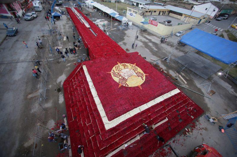 Construyen en Ecuador réplica floral de antigua pirámide