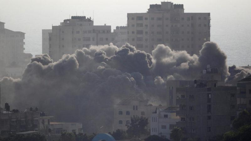 Videos: Israel bombardea un edificio de cinco pisos en Gaza en una ofensiva que deja dos palestinos muertos