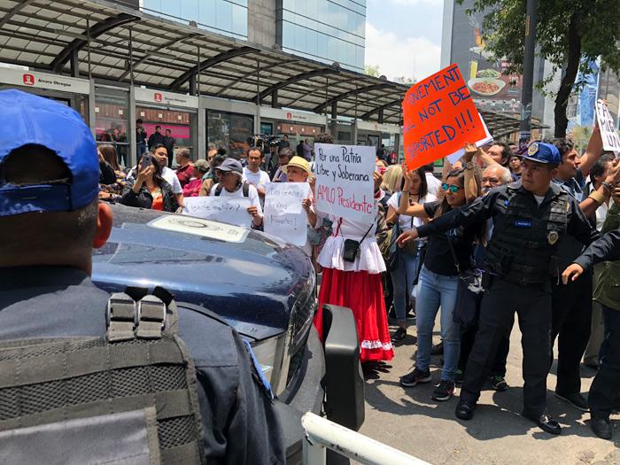 La comitiva de Trump se reúne con EPN una hora y llegó, entre protestas, a la cita con AMLO