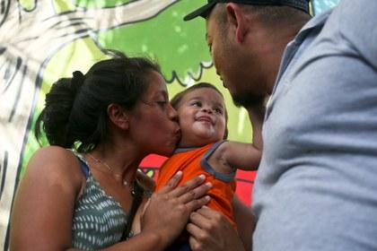 Bebé que compareció sólo ante un juez de migración de EU es deportado a Honduras