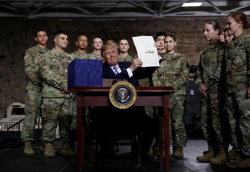 Video: Trump firma el presupuesto de Defensa más alto de la historia de EU: 716.000 millones de dólares
