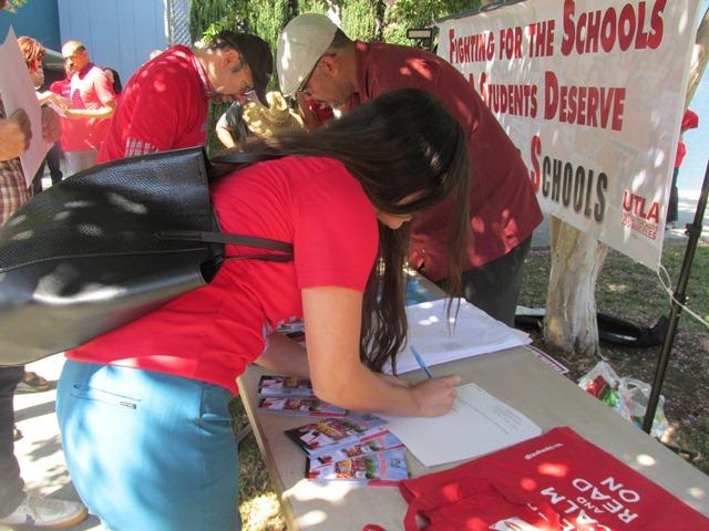 El distrito escolar angelino intimida a profesores que votan por una huelga en caso de ser necesaria y oculta información financiera, denuncia el sindicato de maestros