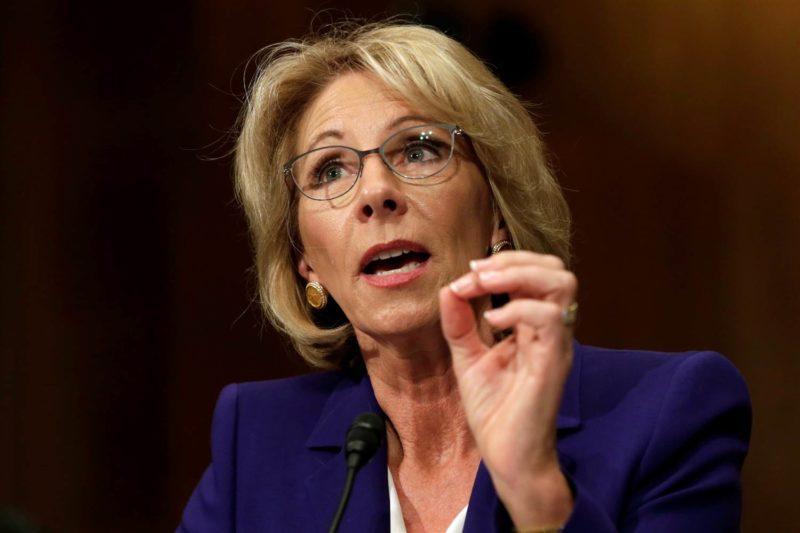 El Departamento de Educación considera usar fondos federales para comprar armas para maestros