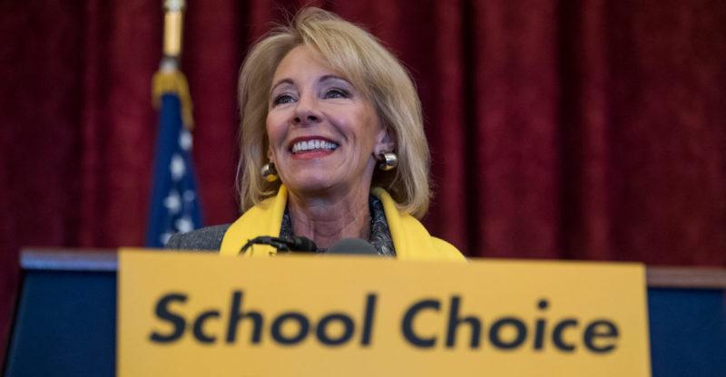 La titular de Educación, Betsy DeVos, va a eliminar guía de disciplina escolar que protege a estudiantes de minorías