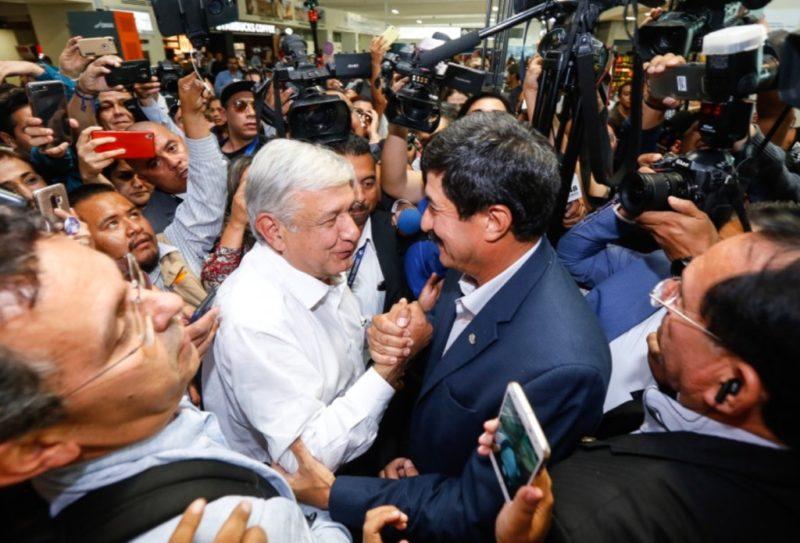 Javier Corral recibe a AMLO en Chihuahua, donde este martes inician los foros por la paz y la reconciliación