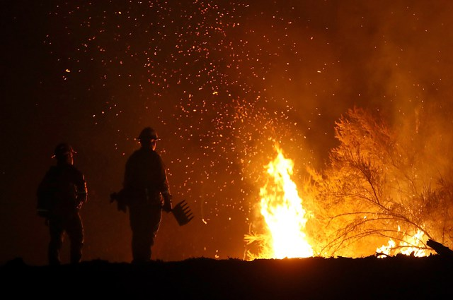Unos 14 mil bomberos combaten incendios en California
