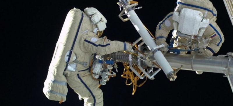Videos: En caminata por el espacio, cosmonautas rusos lanzan nanosatélites científicos