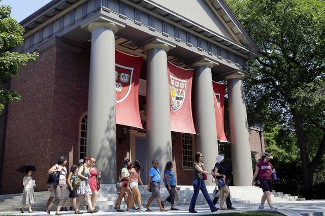 Estudiantes asiáticos demandan a la Universidad de Harvard por discriminarlos