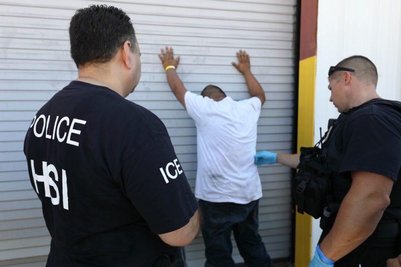 Realizan en Texas una de las mayores redadas de la era Trump:  ICE arresta más de 150 personas en una fábrica de tráilers