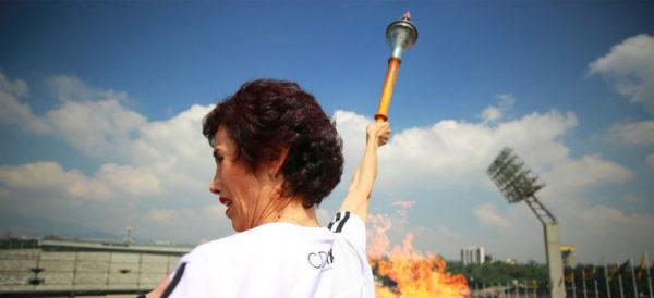 Videos: Como hace medio siglo, Enriqueta Basilio vuelve a encender el pebetero en el Estadio Olímpico México 68