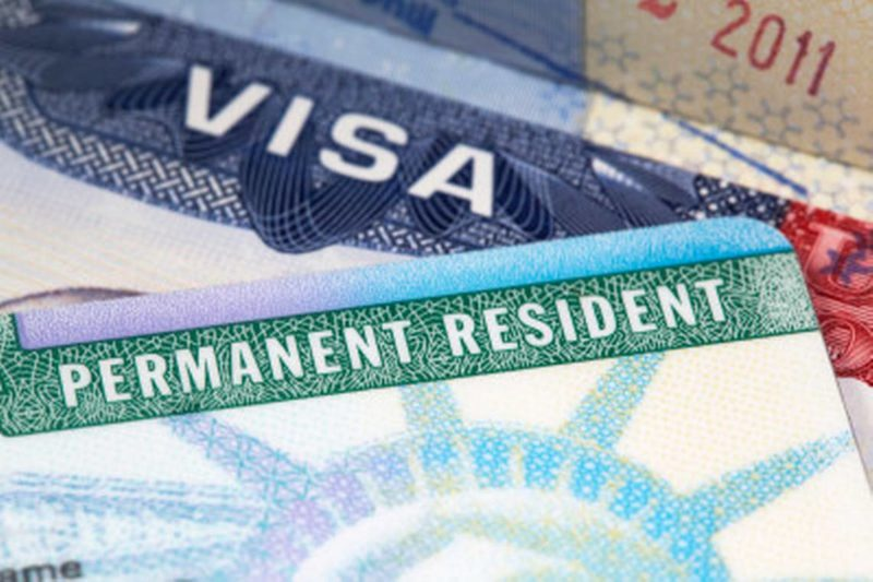 Trump estudia negar la 'green card' o la ciudadanía a inmigrantes legales que hayan usado programas sociales