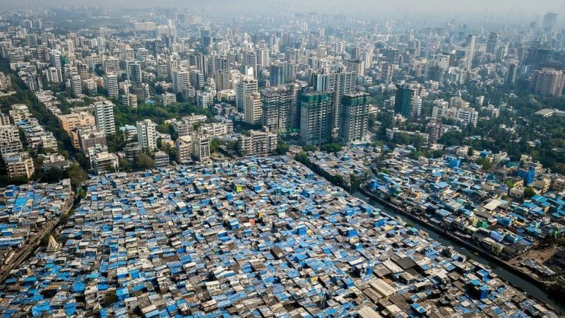 Fotos: Ricos a un lado y pobres al otro. La delgada línea que separa viviendas humildes de millonarias casas