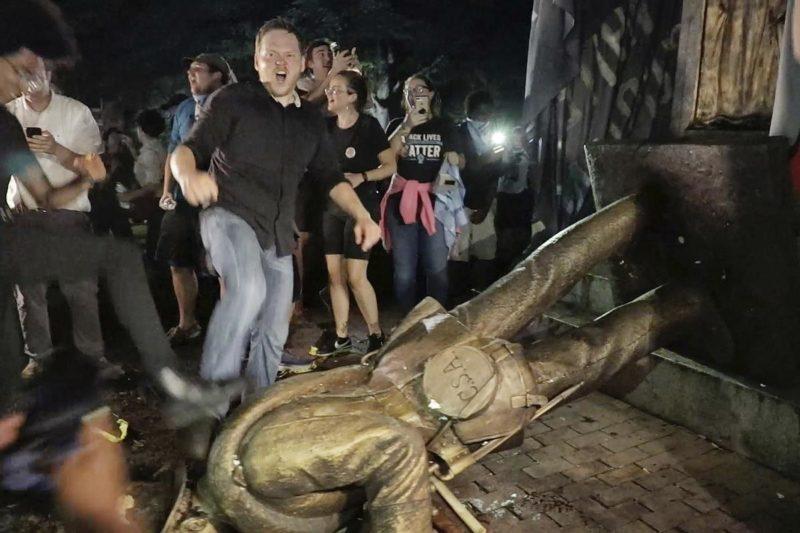 Estudiantes de la Universidad de Carolina del Norte derrumban otro monumento confederado