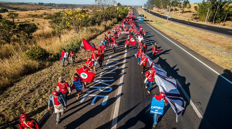 Miles de campesinos en marchas carreteras en favor de la liberación de Lula