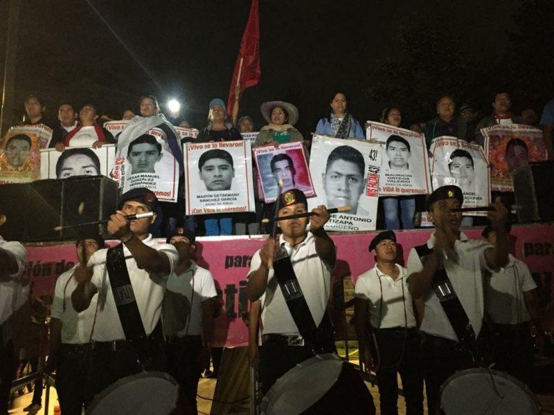 """Padres de los 43 realizaron el """"antigrito"""" en el Hemiciclo a Juárez"""