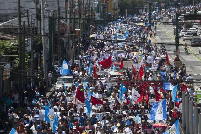 Miles de guatemaltecos marchan contra su presidente