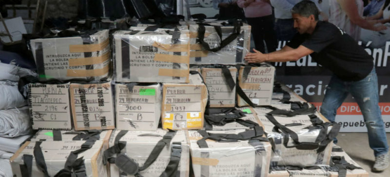 Trasladan paquetes para recuento voto por voto de la elección de Puebla. Denuncian irregularidades en resguardo
