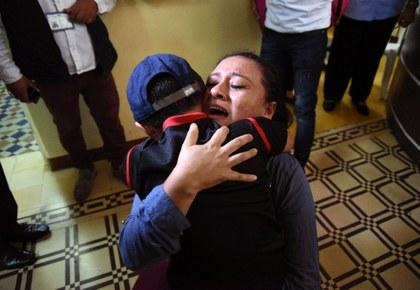 Denuncias de abusos a niños migrantes presionan para reunificar a familias