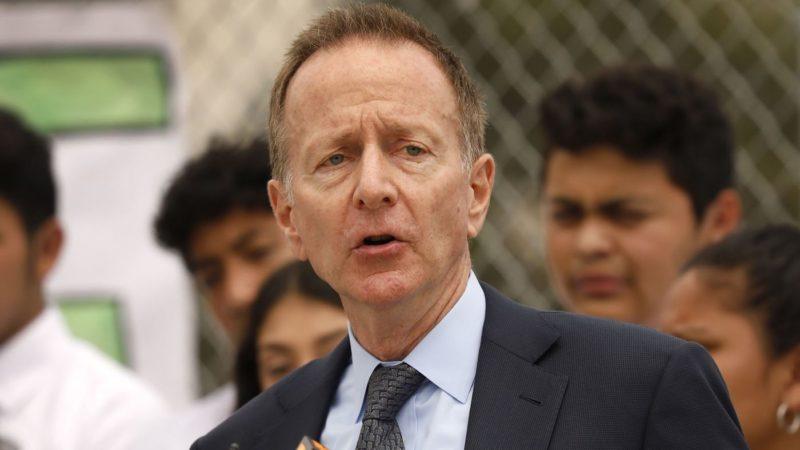 El superintendente Beutner afirma que el distrito escolar necesita más dinero para cumplir con exigencias de maestros. Advierte sobre un precipicio fiscal