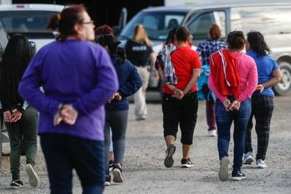 Más de 300 inmigrantes caen en todo el país en redadas de ICE