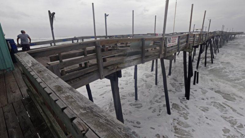 Video: Viento y lluvia del huracán Florence comienzan a azotar las Carolinas