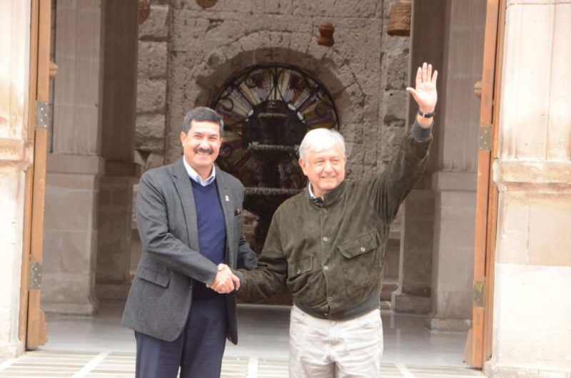 En Chihuahua: rompe el protocolo, habla con indígenas y manifestantes, luego se reunió con el gobernador Corral
