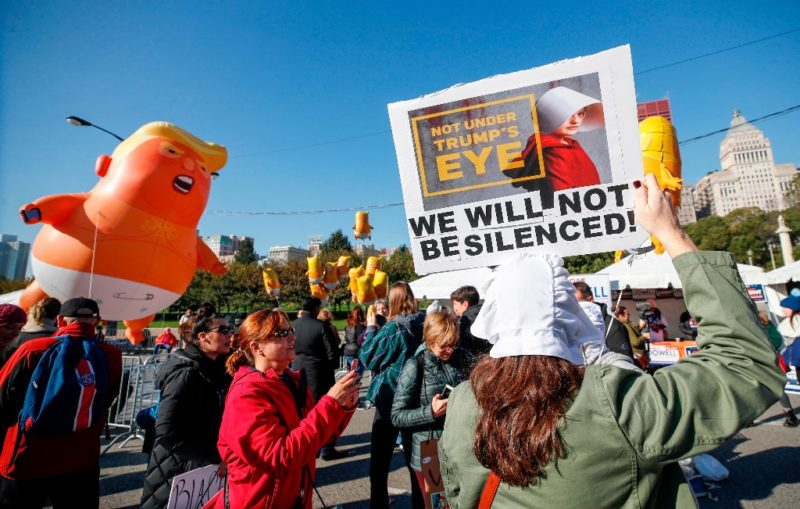Marcha contra la política antimujeres de Trump y llaman a votar en su contra en noviembre