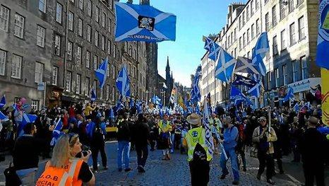 Miles de escoceses exigen la independencia de Reino Unido
