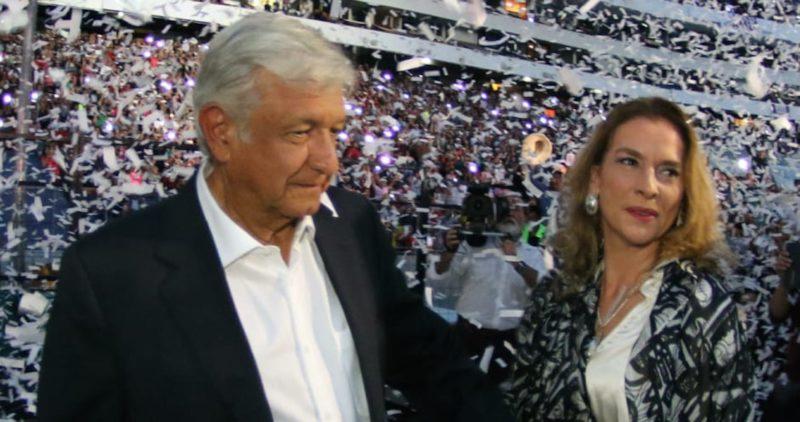 """AMLO gana un Reed Latino, """"el Óscar de la política"""", a la mejor campaña presidencial; Beatriz Gutiérrez, al mejor jingle"""